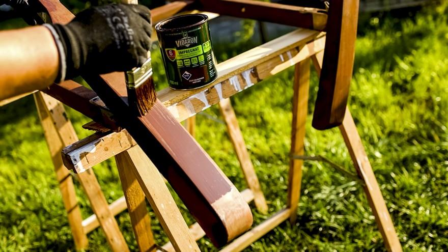 Zdj. 1. Ławki drewniane na balkon należy impregnować w rękawicach ochronnych, pokrywając powierzchnię pędzlem.