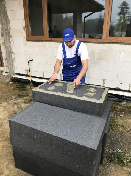 Zdj.3.  Zaprawa klejąca Gabit Termo 1.6 służy do przyklejania płyt styropianowych (również grafitowych) do podłoża. Nanosi się ją na płyty metodą pasmowo-punktową. Archiwum SOLBET.