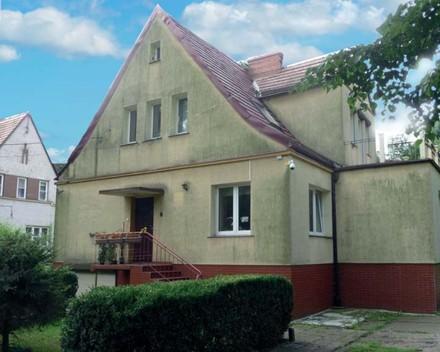 Fot 2. Fasada porażona przez glony i grzyby-pleśnie