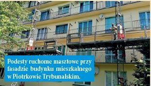 Podesty ruchome masztowe przy fasadzie budynku mieszkalnego w Piotrkowie Trybunalskim.
