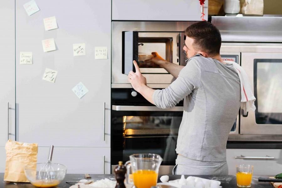 Zabudowa słupkowa poprawia komfort korzystania z kuchni (fot. AdobeStock)