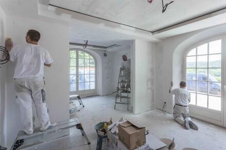 Ściany przed nałożeniem tynku powinny zostać oczyszczone