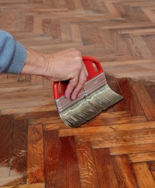 Zdj. 1. Najlepiej użyć lakieru lub preparatu do lakierowania podłóg.