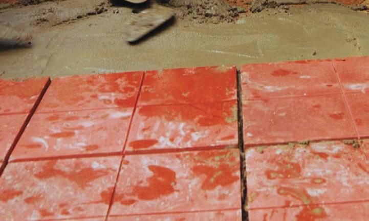 Po ułożeniu płytki należy oczyścić z resztek kleju, a spoiny wypełnić fugą.