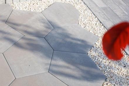 Zdj. 1. Lamell to geometryczne, prostokątne płyty, które znakomicie nadają się do projektowania dużych założeń architektonicznych. Źródło: Archiwum POLBRUK.