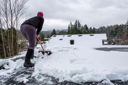Najmniej wysiłku wymagać będzie od nas usunięcie świeżego śniegu (fot. AdobeStock)