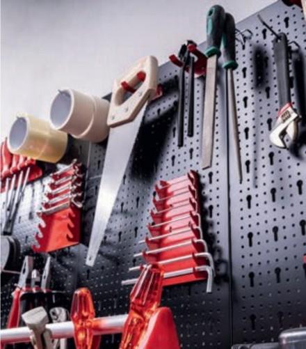 Zdj. 5. Porządek to podstawa! Sprawdzonym rozwiązaniem jest wieszanie narzędzi na specjalnych półkach z hakami, tzw. tablicach narzędziowych.