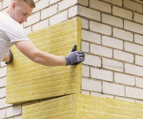 Zdj 4. Stare domy wybudowane wtechnologii ścian jednowarstwowych nie spełniają współczesnych standardów dotyczących ochrony cieplnej – gdy je budowano, przepisy nie były tak restrykcyjne, astosowane materiały były kiepskiej jakości. Nawet jeśli pierwotnie planowano je ocieplić, często zostawały one bez izolacji termicznej iwykończonej elewacji.
