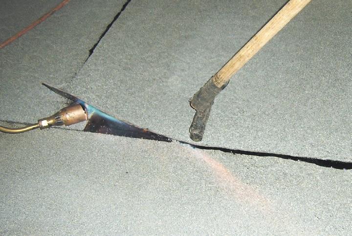 Aby uzyskać prawidłowy zgrzew należy dociskać pasy papy rolką silikonową, zaś wyciśnięty asfalt pokryć posypką, wciskając ją w masę szpachelką.