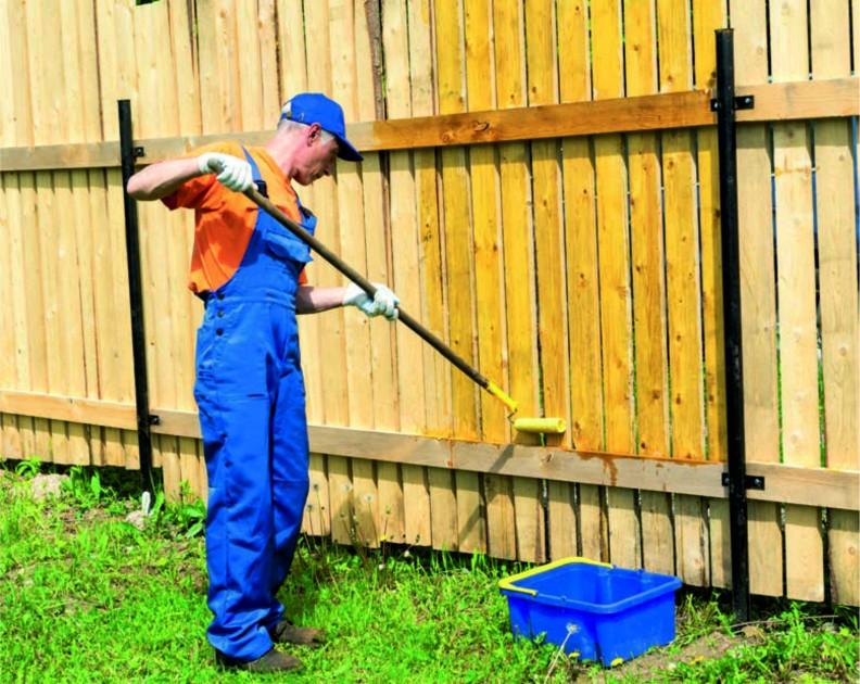 Jeśli na drewnianym ogrodzeniu pojawił się zielonkawy mech, to przed zasadniczym zabezpieczeniem płotu musimy go usunąć