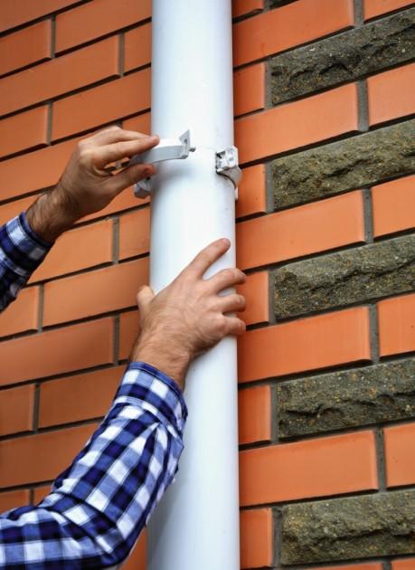 Niewielkie nieszczelności na połączeniach rur spustowych można naprawić, zakładając nowe obejmy (fot. Shutterstock)