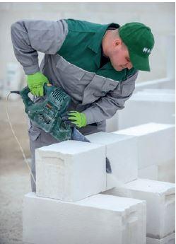 Elementy z betonu komórkowego można łatwo docinać do odpowiednich wymiarów.