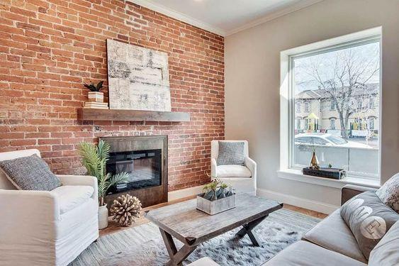 Zdj. 5. Uwielbiasz loft i nowoczesne aranżacje z cegłą? Możesz pokryć ścianę w salonie kamieniem dekoracyjnym imitującym cegłę.