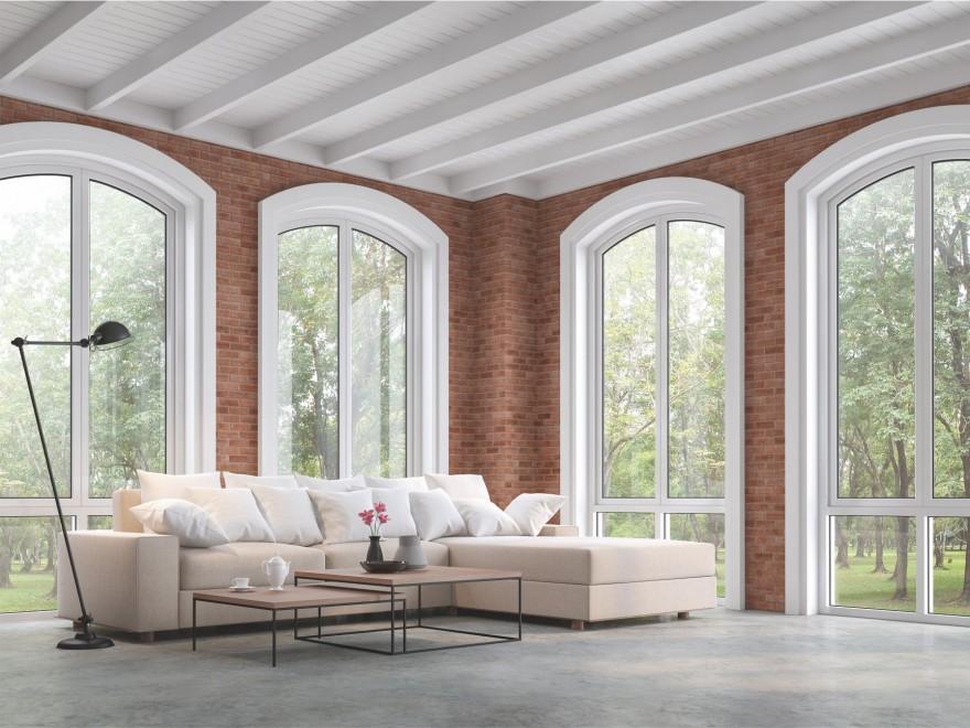 Zdj. 1. Duże okna wprowadzają do domów nieprzebrane ilości światła, czyniąc wnętrza bardziej przyjaznymi, szczelne szyby i profile gwarantują dobrą termoizolację. Źródło: Archiwum BOSTIK.