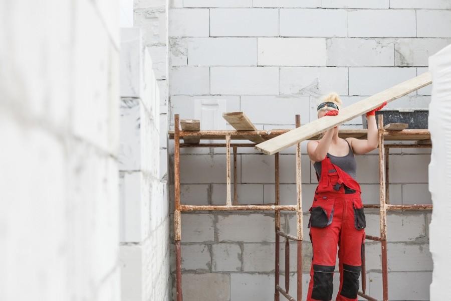 W budowę domu bardzo często zaangażowana jest cała rodzina (fot. AdobeStock)