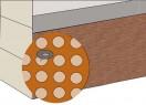 Folię wytłaczaną mocuje się do ściany specjalnymi gwoździami. Pomiędzy wytłoczeniami powstaje pustka powietrzna, w której może odparowywać wilgoć.
