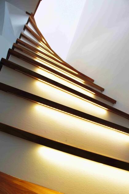 Nowoczesne lampy LED można stosować do podświetlenie stopni schodów
