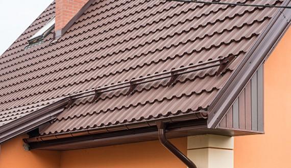 Do blachodachówki Finnera powinno stosować się zabezpieczenia przykręcane do konstrukcji dachu przez  pokrycie
