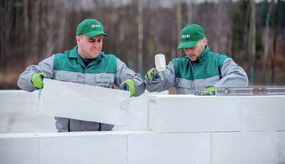 Murowanie przegród z betonu komórkowego w dwuosobowych zespołach przebiega sprawnie.