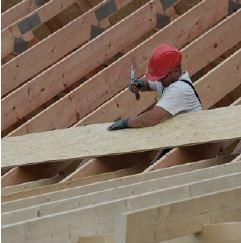 Montaż płyt OSB na konstrukcji dachu