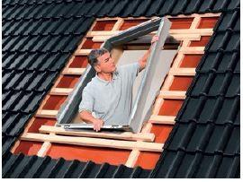 Montaż ramy izolacyjnej BDX wchodzącej w skład systemu ciepłego montażu.