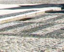 Nawierzchnia musi być zabezpieczona przed rozsuwaniem się obrzeżem lub krawężnikami. Dostępne są m.in. elementy proste oraz łukowe.