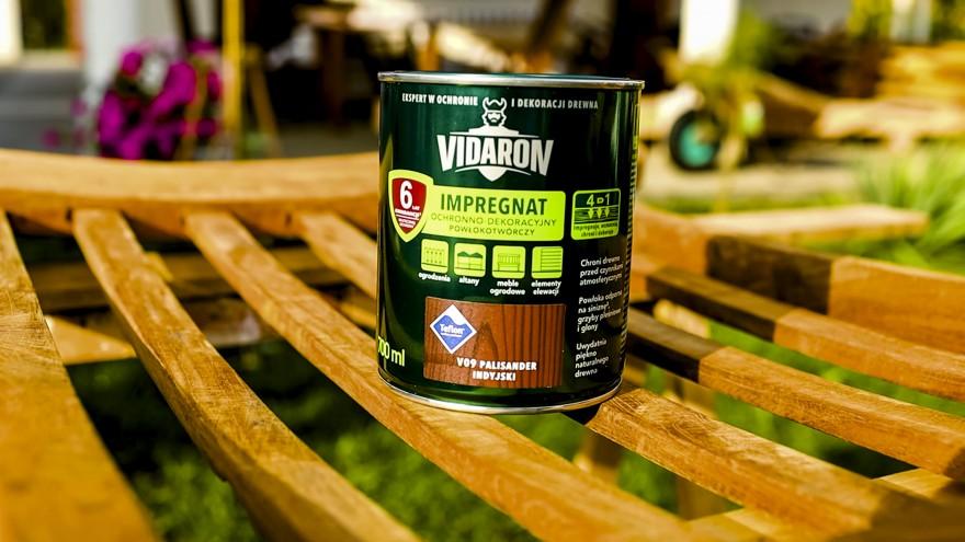 Zdj. 1. Produkt nakładamy pędzlem, rozprowadzając go równomiernie po całej powierzchni wzdłuż słojów drewna.
