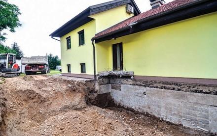 Zdj 5. Ocieplenie ścian piwnic starego domu wymaga ich odkopania.