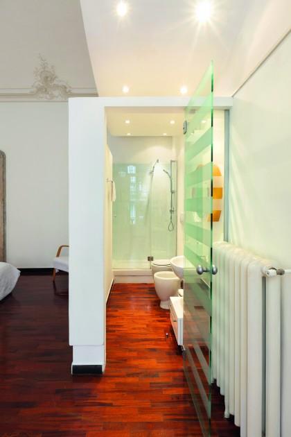 Drzwi przeszklone sprawdzą się w łazience w mieszkaniu typu garsoniera, które użytkuje jedna osoba. Intymność zapewniają pasy ze szkła mrożonego