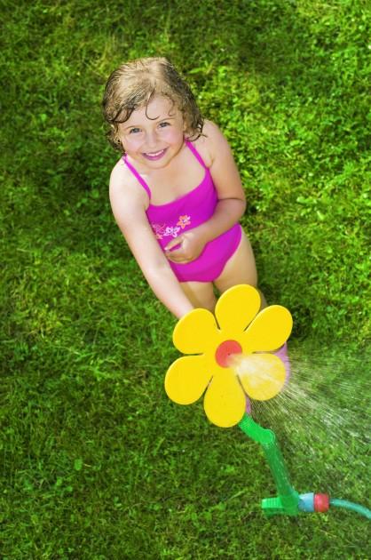 Nie lada atrakcją dla maluchów są zraszacze, które poza swoją główną funkcją podlewania ogrodu, przysporzą radości najmłodszym