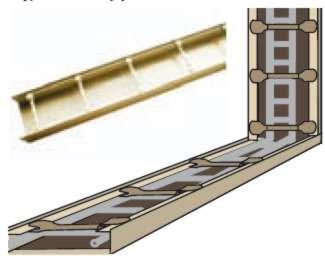 Wewnątrz profili ramy układamy taśmę dylatacyjną lub dwie warstwy papy bitumicznej bezpiaskowej. Miejsca styku ramy obwodowej z murem, sufitem i podłogą należy uszczelnić trwale elastycznym materiałem, np. silikonem. Rama obwodowa musi biec wokół ścianki z pustaków szklanych; wzmacnia się ją drabinką zbrojeniową. Także ściankę z pustaków szklanych wzmacnia się zbrojeniem poziomym w postaci drabinki lub prętów zbrojeniowych oraz pionowym z prętów, które muszą sięgać przez całą jej wysokość. Pręty mogą mieć średnicę 6 mm (jeśli mają długość do 1,5 m) lub 8 mm (powyżej 1,5 m), w przypadku wyższych przegród można je łączyć na długości.