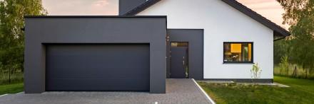Strefę wejścia warto podkreślić efektownym materiałem elewacyjnym