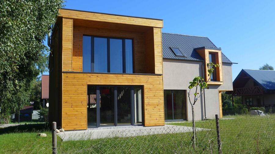 Ryzalit na elewacji nowoczesnego domu jednorodzinnego