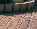 Wzory geometryczne są najłatwiejsze do wykonania. Palisady oddzielają nawierzchnię od miejsc znajdujących się powyżej ich poziomu.
