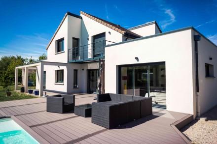 Duże okna na elewacji południowej to dobre rozwiązanie dla osób, które lubią ciepło (fot. AdobeStock)