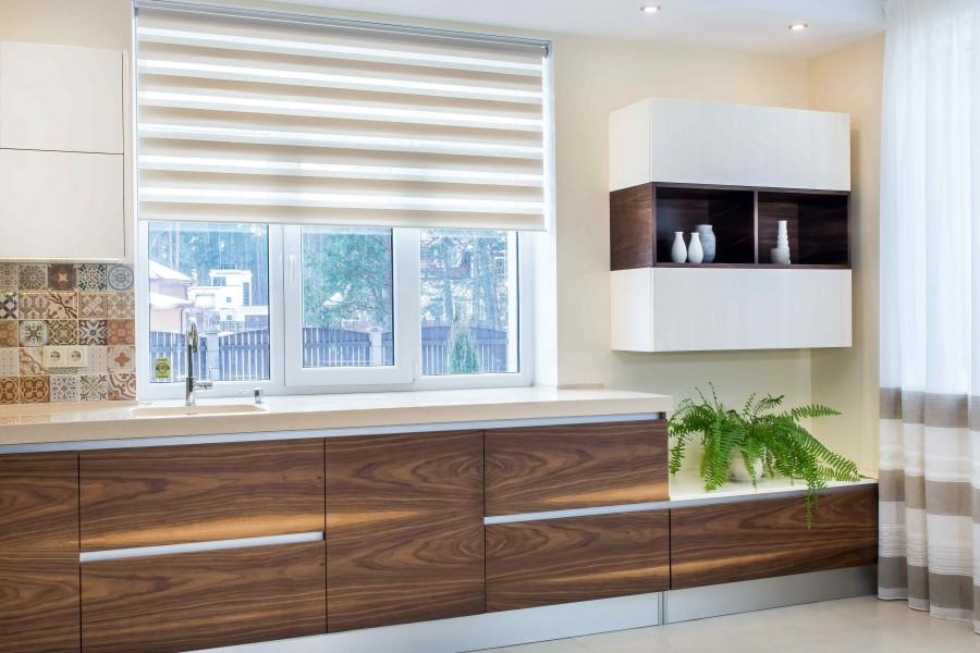 Rolety wewnętrzne zapewniają domownikom prywatność i ochronią przed światłem słonecznym. Pełnią również funkcję dekoracyjną (fot. AdobeStock)
