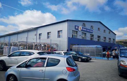 DOBRE MIASTO (woj. warmińsko-mazurskie) – otwarcie sklepu Mrówka odbyło 1.06.2019, – właścicielem jest firma MAK-CHEMIA, – powierzchnia handlowa wynosi 2000 mkw. + 1000 mkw. ogród zewnętrzny, – klientów obsługuje 24-osobowy zespół pracowników,