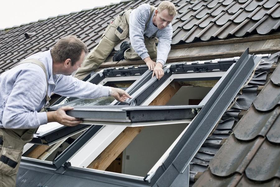 Podczas montażu okna dachowego trzeba przestrzegać instrukcji producenta