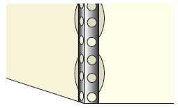 Osadzanie narożnika: najpierw nakłada się placki masy gipsowej, a następnie przykleja do nich narożnik, dokładnie ustawiając go w pionie i zaciera gipsem jego powierzchnię wraz z przyległą ścianą.