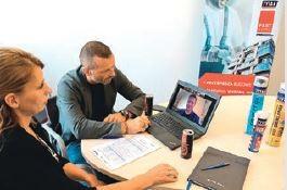 Firma Selena ustala warunki handlowe on-line