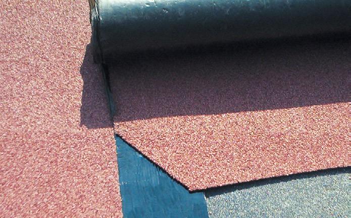 Ucięcie narożnika papy pod kątem pozwala uniknąć niepotrzebnego zgrubienia w miejscach łączenia pasów materiału.