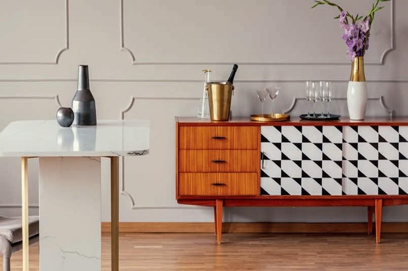 Zdj 5. Nic nie stoi na przeszkodzie, aby fronty drewnianych szafek pomalować w geometryczne lub ornamentowe wzory za pomocą szablonu.