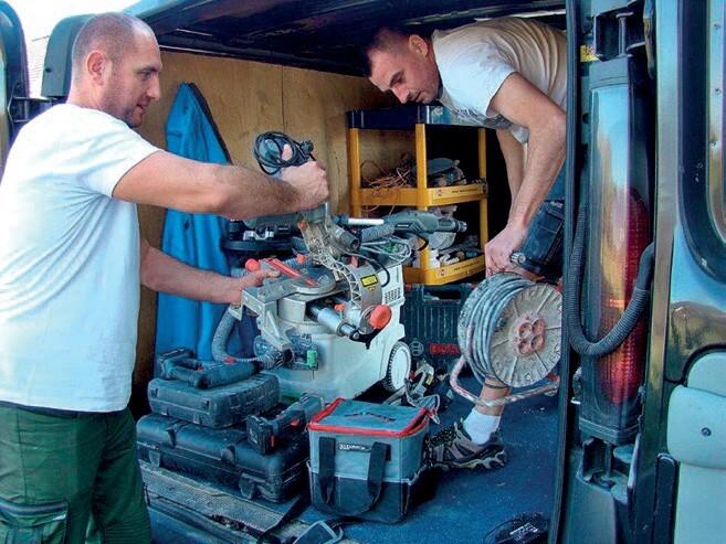 Michał Sidło i Michał Skubiński wyładowują sprzęt niezbędny na budowie w Zgórsku.