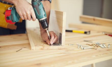 Wkrętarka akumulatorowa pozwoli na prace w różnych pozycjach i nietypowych miejscach (fot. AdobeStock)