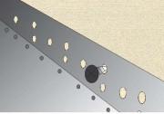Profil cokołowy musi być dokładnie wypoziomowany i starannie przykręcony do ściany.