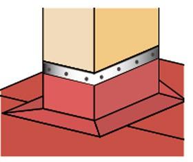 Montaż papy wierzchniej jest łatwiejszy, należy pamiętać o dociśnięciu jej do komina listwą, którą uszczelnia się materiałem bitumicznym.