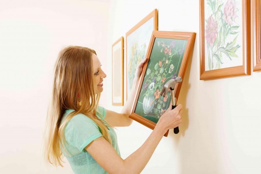 Obrazy na ścianie można powiesić w takich samych ramach