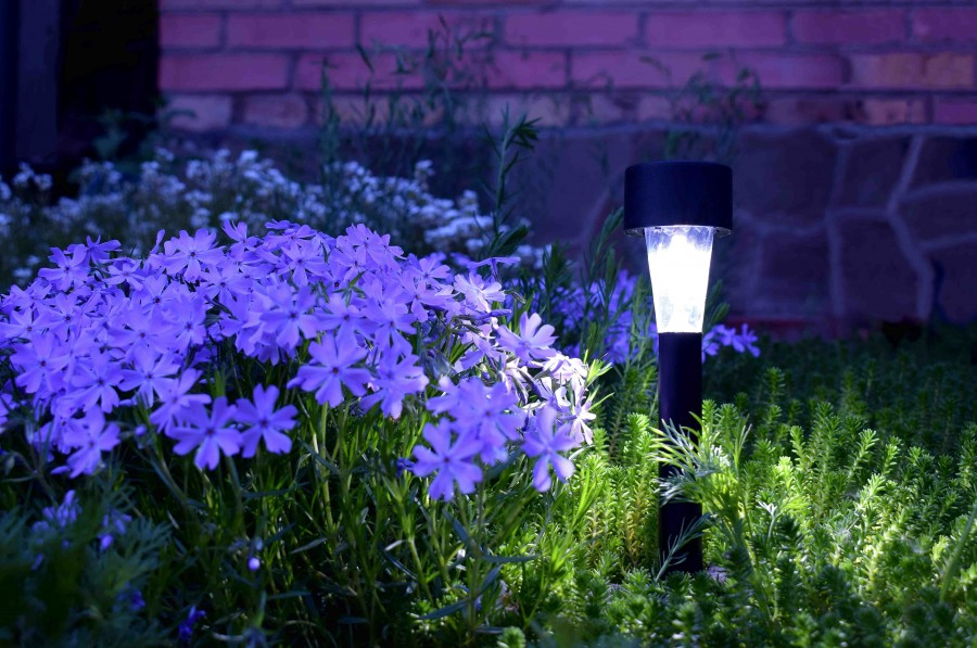 Warto wybrać takie słupki oświetleniowe, które są energooszczędne