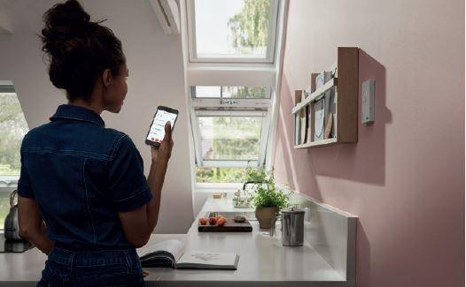 Dzięki mobilnym systemom, okna dachowe można otwierać i zamykać za pomocą aplikacji w telefonie lub poleceń głosowych.