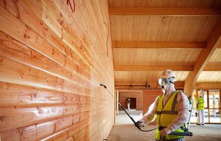 Wybierając impregnat, sprawdźmy jego działanie - większość chroni drewno przed wilgocią i promieniowaniem UV oraz zapobiega rozwojowi pleśni